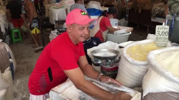 Guy prosívání mouky tapioka