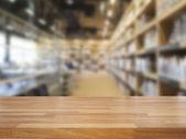 Prázdné dřevěný stůl a moderní knihovnu pozadí