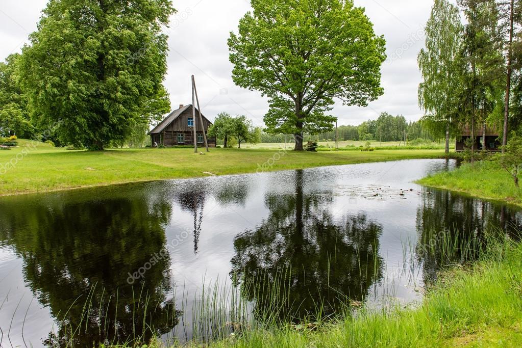 Casa di campagna con alberi di quercia e stagno con for Piani casa di campagna 2000 piedi quadrati