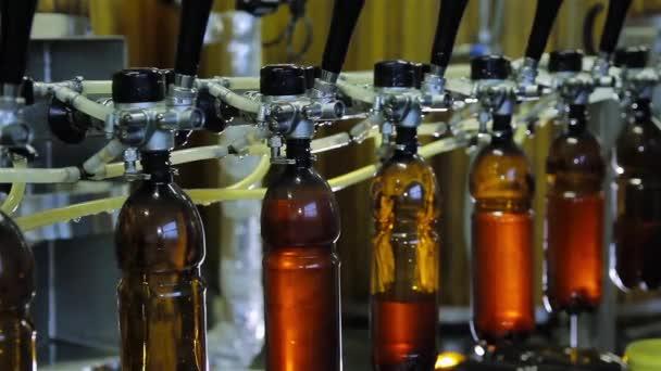 Manuální skvrna pivo v lahvích v pivovaru
