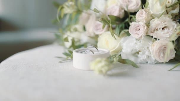 Uzavření snubních prstenů na květinách ve zpomaleném filmu. 4k