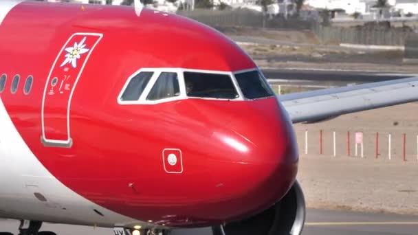 Airbus A320 HB-IHX Edelweiss Air auf dem Flughafen von Lanzarote. Cockpit-Nahaufnahme
