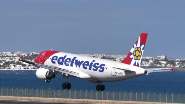 Airbus A320 HB-JJN der Edelweiss Air landet auf dem Flughafen von Lanzarote