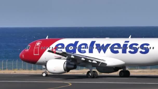 Airbus A320-214 von Edelweiss Air in Warteposition für den Start