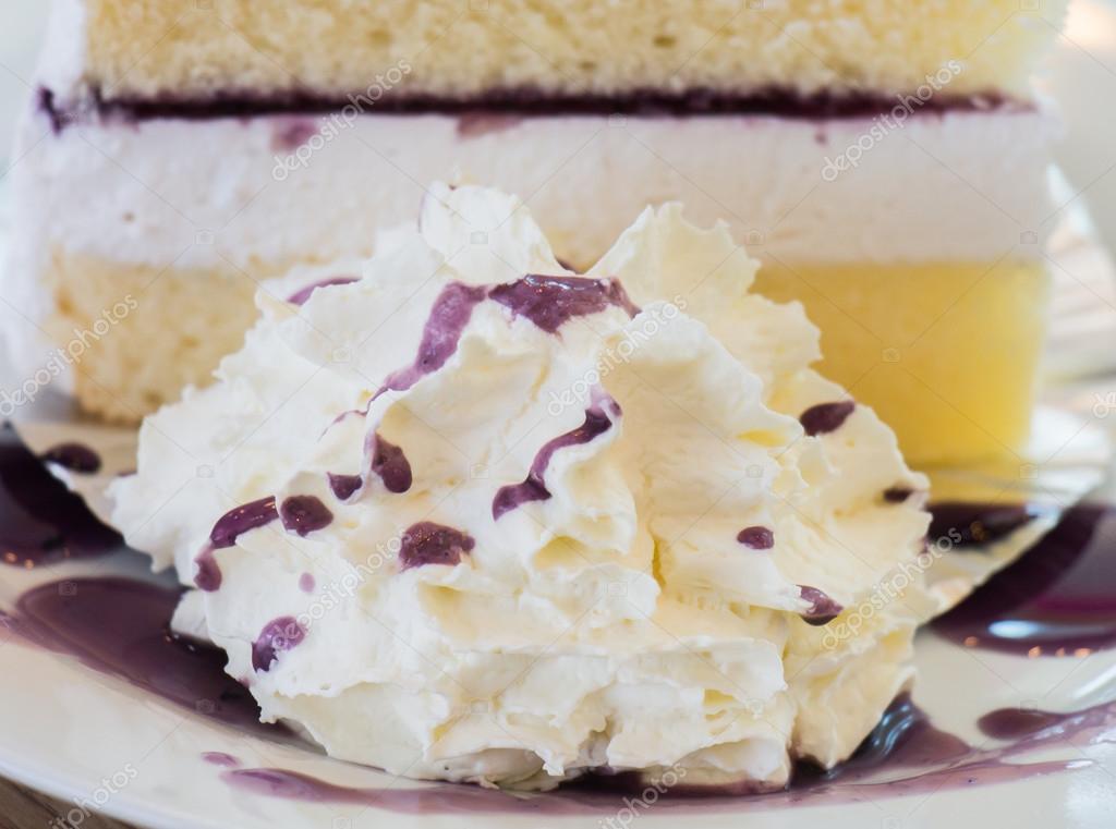 Geschlagene Sahne und Heidelbeer-Kuchen — Stockfoto ...