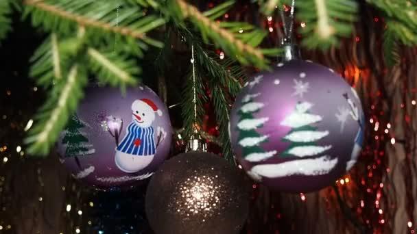 Vánoční dekorace houpal na větvi