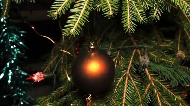 Karácsonyi díszek és karácsonyfa girland az ágak között
