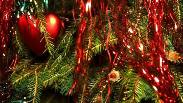 Vánoční ozdoby na větvi. Blikající Garland. Střelba kolize