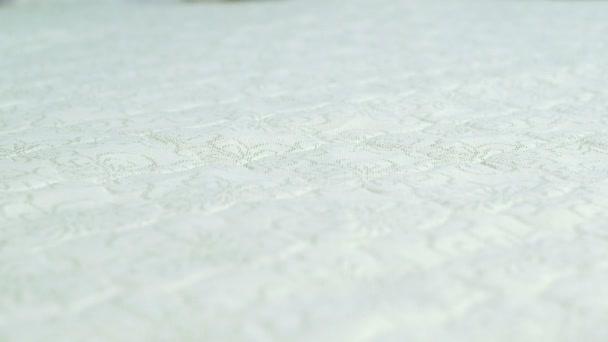 dělník výroby matrací