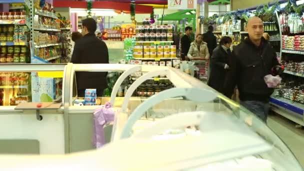 lidé nakupování v supermarketu