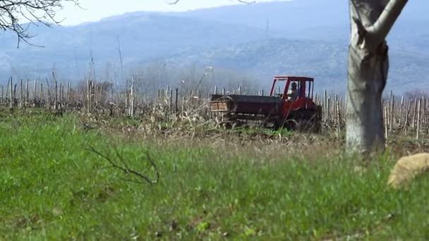 Pohled na krajinu s traktorem