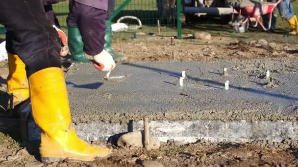 Stavební dělníci betonování desky