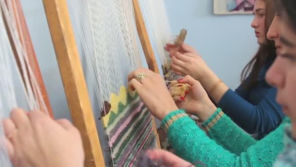 Gruppe Junger Frauen Teppich Weben Stockvideo C Alxbaev Gmail Com