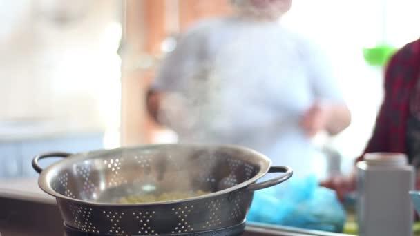 Kuchař vaření jídlo