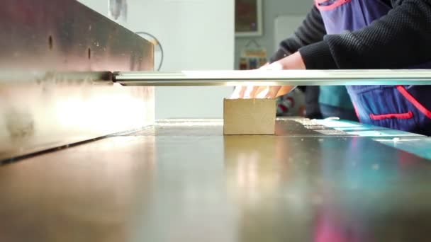 Tesař bourání dřevěné prkno