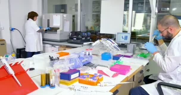 Skupina vědců pracujících v laboratoři