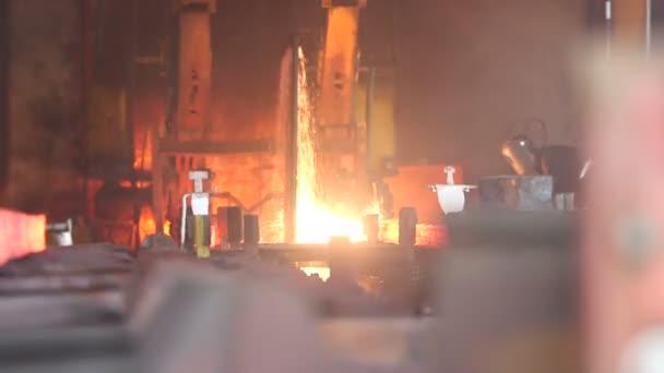 Arbeiter schneidet feurig Stahl Blöcke