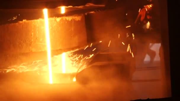 Tavení kovu v továrně