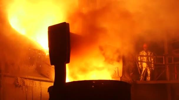 Tavení kovu v továrně.