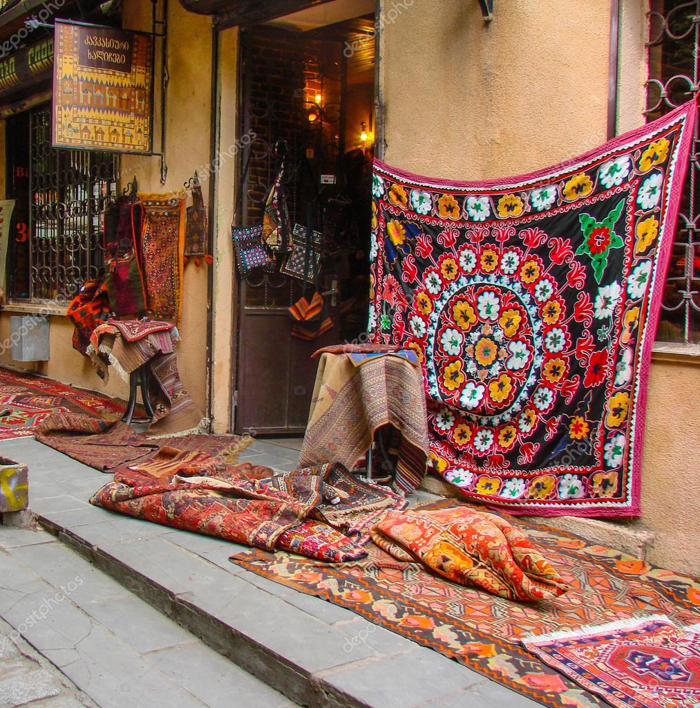 Vieux Tapis Dans Le Marché De La Rue