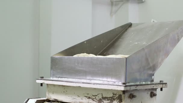 Munkavállaló készített tészta használ lenni sült-ba bagel
