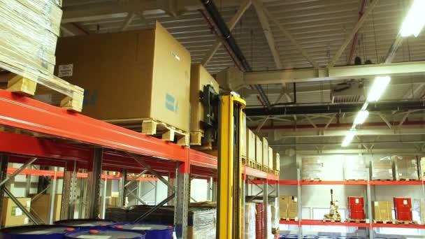 Vysokozdvižný vozík přesunuje krabice s lepenkou