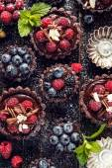 Schokoladen-Törtchen mit Himbeeren, Heidelbeeren und Brombeeren