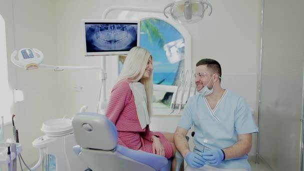 Zahnarzt in der Praxis im Gespräch mit Patient