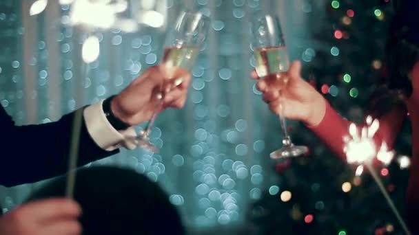 Champagnergläser, die Jungen und Mädchen zusammenbringen.