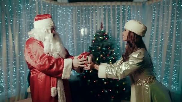Maiden přechází do rukou Santa Claus současné, radost