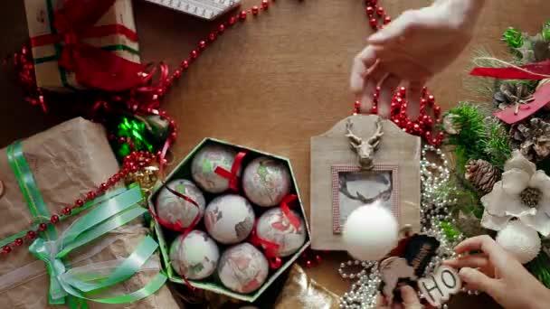 Někteří lidé se novoroční hračky v poli v tabulce, kde mnoho vánočních ozdob