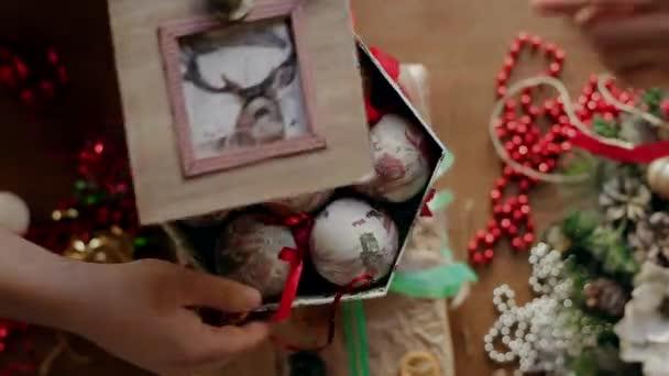 Zadejte do rukou několika lidí do vyzvednout balíček vánoční dárky, dárky a pak demontována