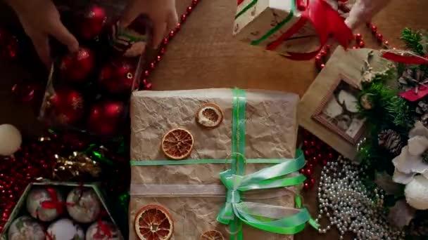Hromadu krabic s dárky a vánoční hračky, které lidé dělat navzájem a jsou rozloženy na stůl