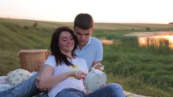 nádherný pár sedící v trávě