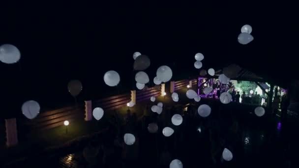 zahájit balónky v noci