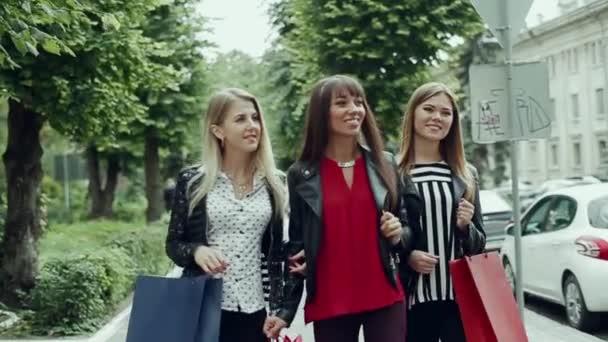 tři krásné dívky s nákupní tašky v obchodě