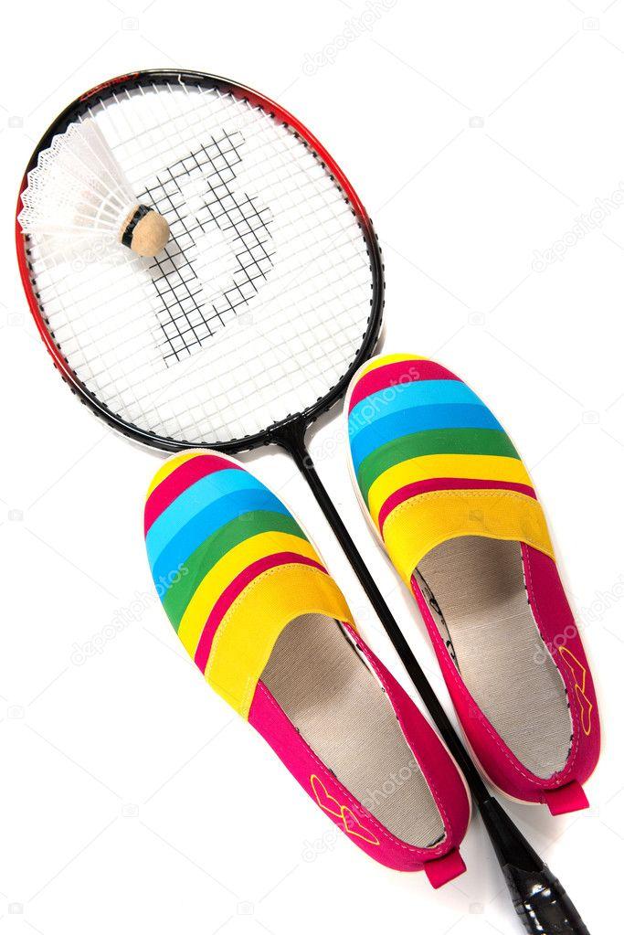5a00b15e794c Модный, яркий, легкая спортивная обувь (кеды) с ракеткой и воланом для  бадминтона на заднем плане изолированные — Фото автора ...