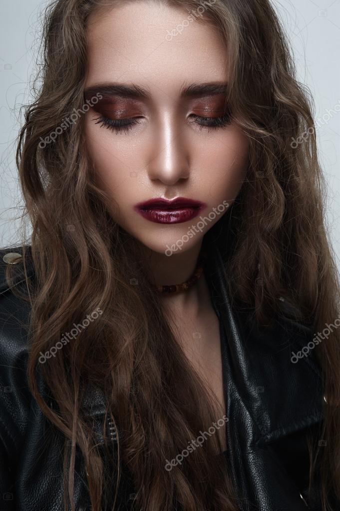 2527b104c1 Divat szépség rock barna lány csukott szemmel és fekete bőr kabát — Fotó  szerzőtől ...