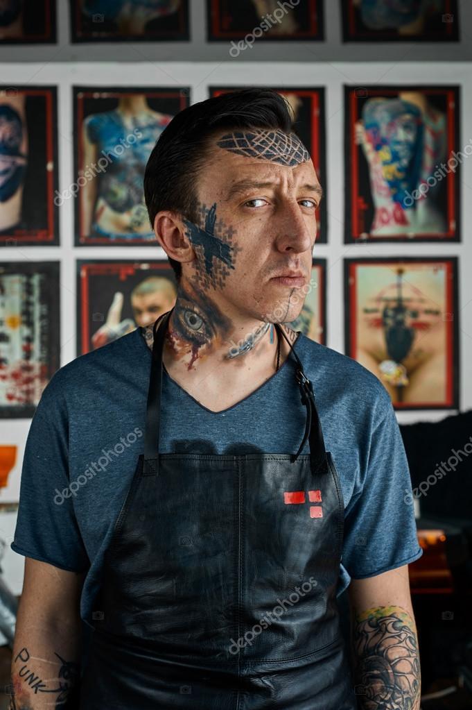 Homme Avec Des Tatouages Sur Le Visage Et Les Mains Photographie