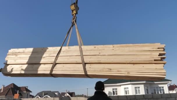 Dodávka dřevěných desek pro stavbu střechy. Dřevo pro dřevorubce pro stavbu domů