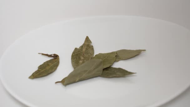 Spread the bay leaf on a white plate with the desired seasoning