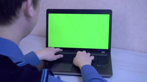 Der Mann tippt auf der Laptop-Tastatur eine Nachricht in Quarantäne