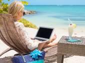 Fotografie Business-Frau, die die Arbeit mit Computer am Strand