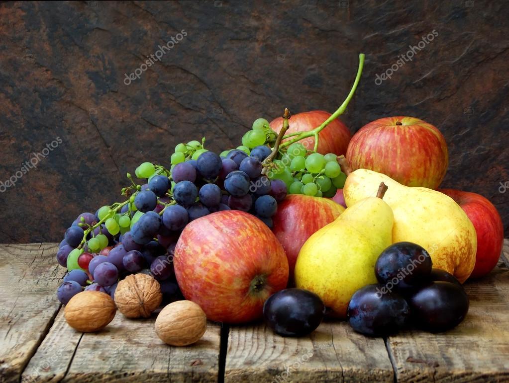 Nature morte d automne fruits pommes poires prunes raisins noix sur un fond en bois mise - Ou trouver des caisses u00e0 pommes ...