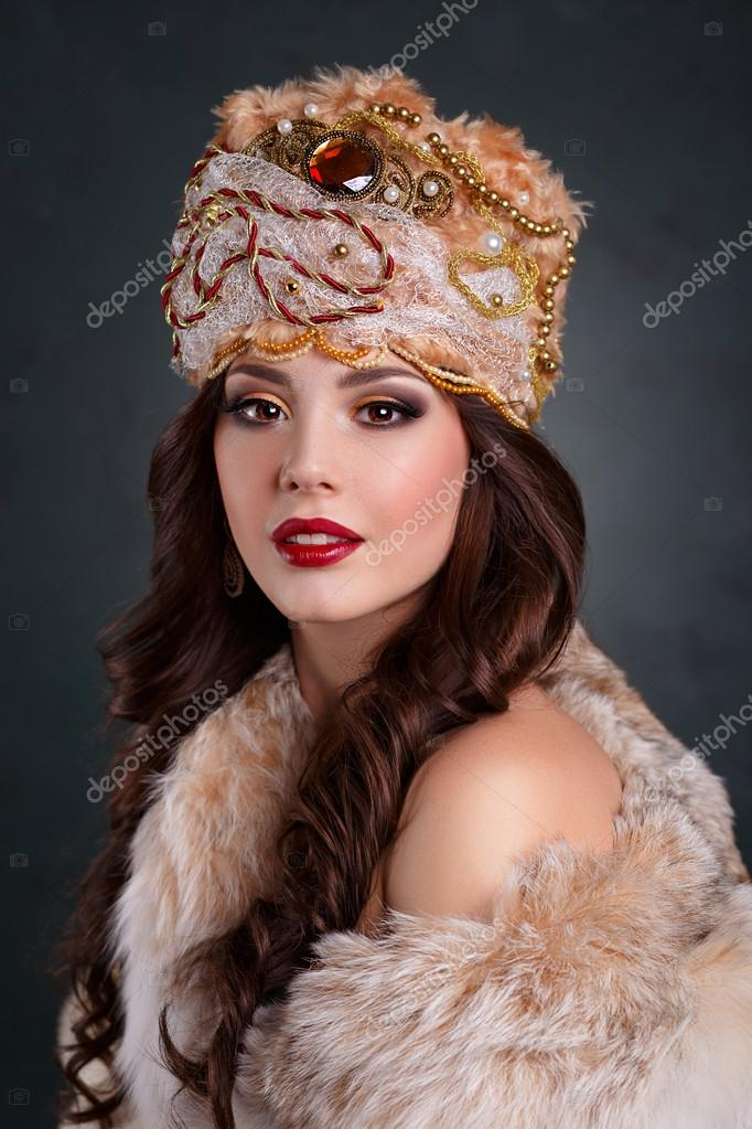 Queen in royal dress  sexy girl in royal hat and fur coat — Stock