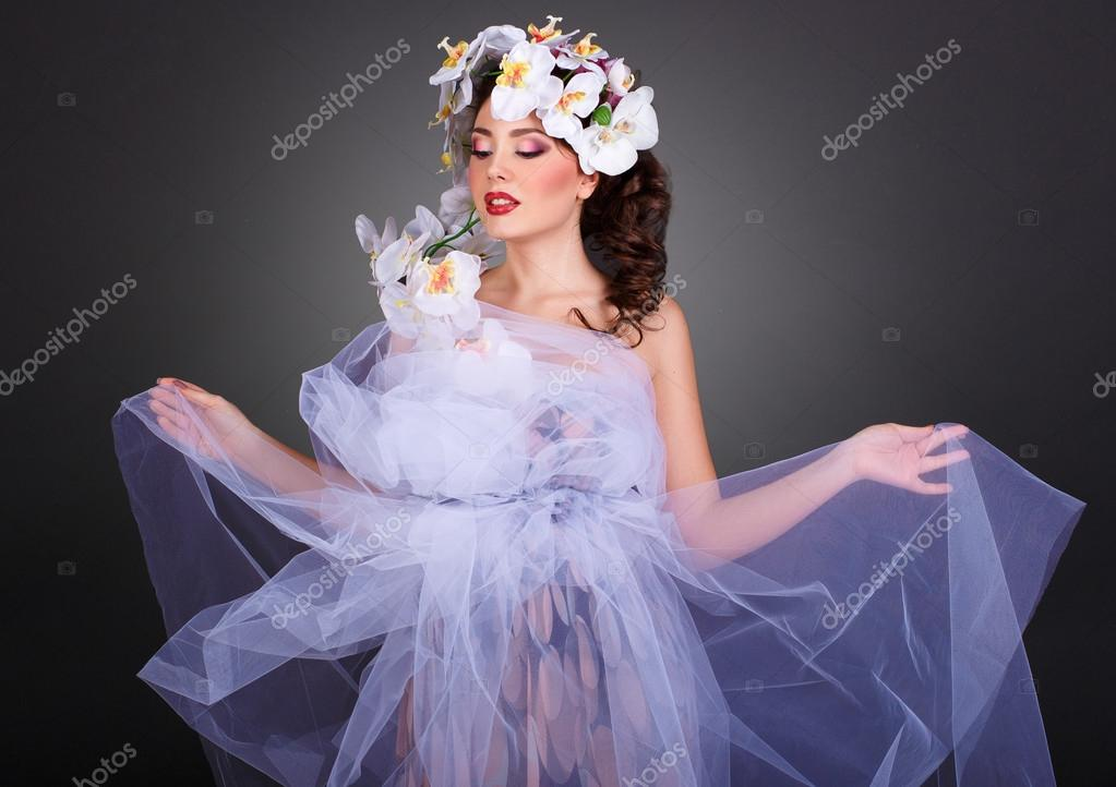 Κορίτσι με ορχιδέες λουλούδι στα μαλλιά της. Επαγγελματίες Make-up.Makeup. Μόδα  Art.Hairstyle με λουλούδια. Φαντασίωση κορίτσι πορτρέτο– εικόνα αρχείου 29b502c32e1