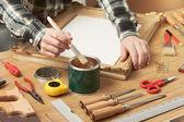 Fotografia Decoratore di verniciatura di un telaio di legno