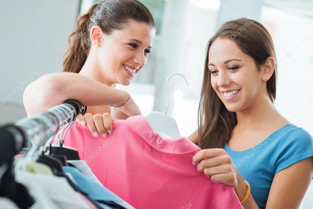 Hübsche Teens einkaufen — Stockfoto © stockasso #78285026