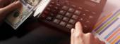 close up Obchodní žena pomocí kalkulačky a grafy dělat matematické finance na dřevěném stole v kanceláři a obchodní pracovní zázemí