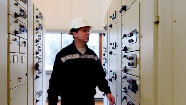 Inženýr přichází aktivuje zařízení